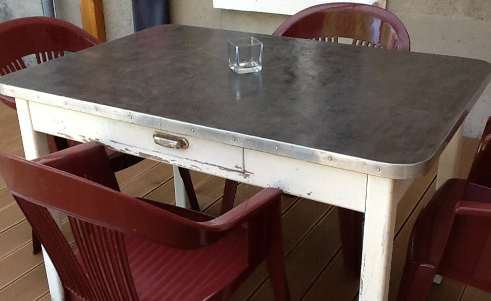 Transformer une table en bois en beton cire table de lit for Faire un meuble de salle a manger soi meme
